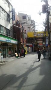 ファミリーマートと心斎橋の黄色い看板