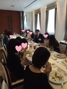 熱弁する根本先生を放っておいておしゃべりとお食事に集中する美女たち。