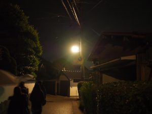 社家通りを静かに歩く集団。