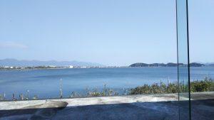 ロビーから眺める神西湖。